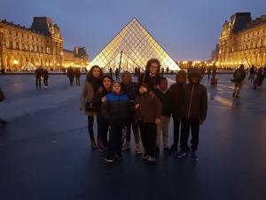 Groupe devant pyramide Louvre